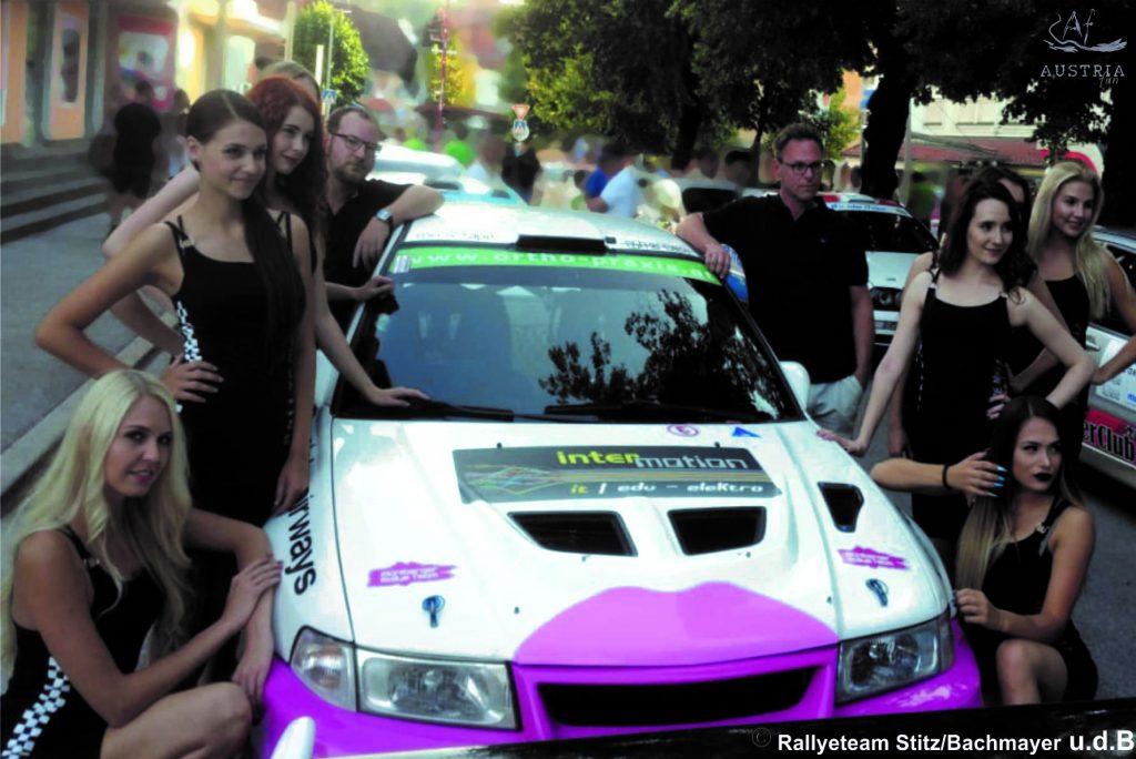 Mitsubishe Evo6 mit Rallyefahrer und Boxenladies