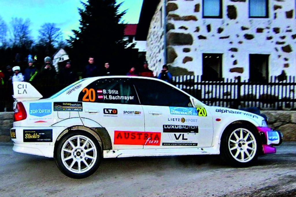 Rallyecar mit Reifen in der Luft