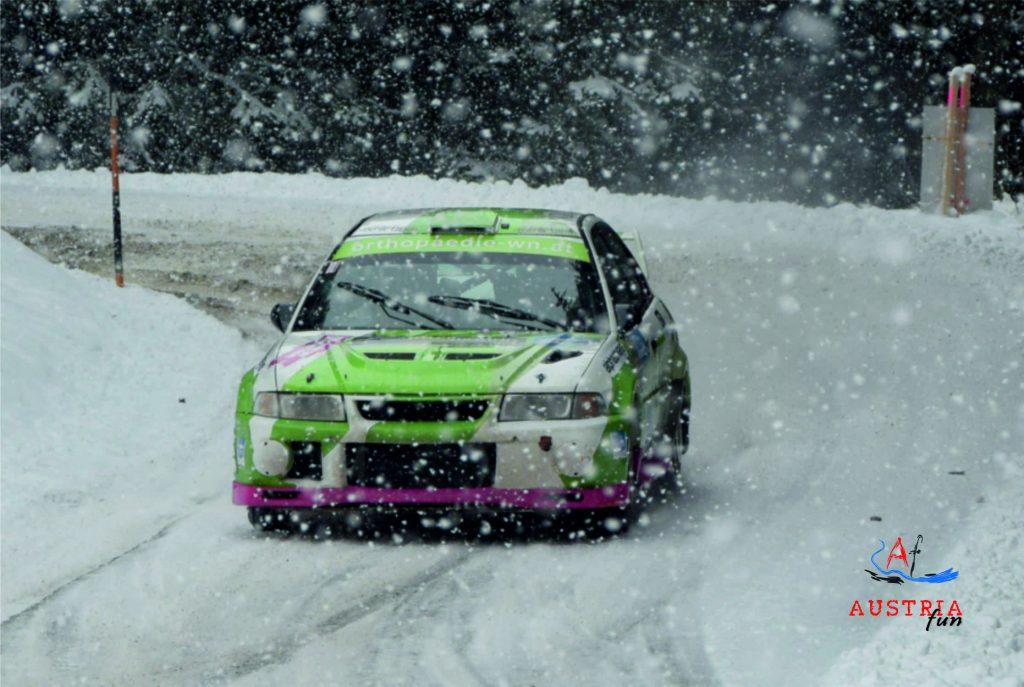 Starker Schneefall vor Rallyeauto Bernhard Stitz